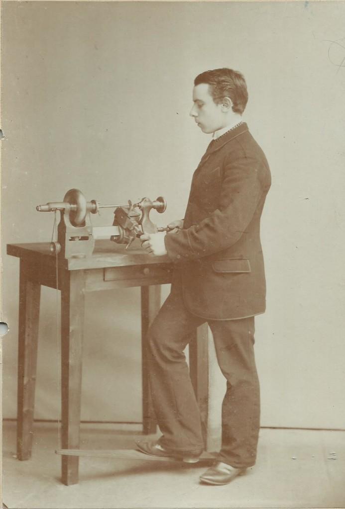 Pittler Metallverarbeitungsmaschine Modell B mit patentiertem Schnurenantrieb, Franz als Lehrling 1889