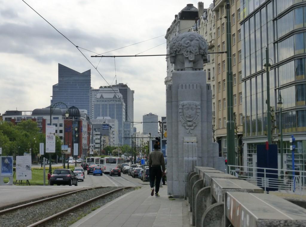 Ein Brückenpfeiler am Kanal von Charleroi